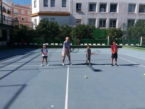 Dos generaciones que conviven en el Real Tenis Club de Cádiz